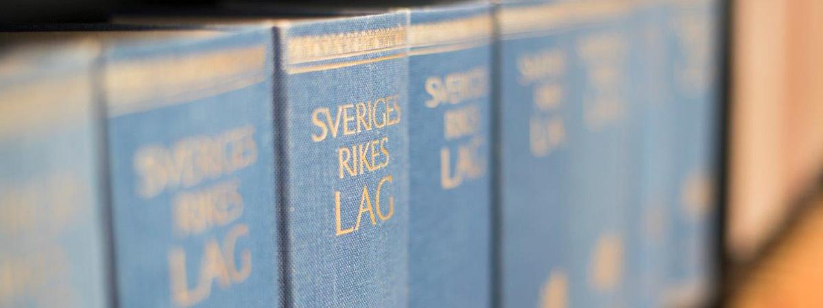 Sveriges lagböcker på rad i en bokhylla